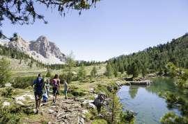 Wandern zwischen Seen und Bergen im Sommer