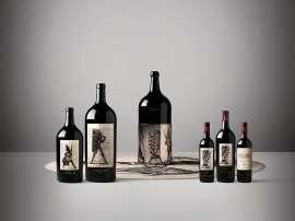 Die verschieden gestalteten Flaschen in verschiedenen Größen