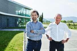 Der Austritt aus der Vinea Wachau ist eine generationsübergreifende Entscheidung - F.X. und Lukas Pichler vor dem Weingut