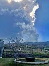Die imposante Rauchsäule der Eruption des Ätna steht über der Weingärten von Passopisciaro