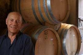 Alessandro François im Weinkeller vor Barriquefässern