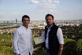 Bei Önologe Dragos Pavelescu (links) und Geschäftsführer Gerhard J. Lobner ist die Freude über die hohe Bewertung von 93+ Parker Punkten groß. Sie bestätigt auch die Kompetenz des Weinguts für Riesling und Wiener Gemischter Satz.