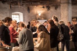 Weinfans verkosten im Castel Tor Löwengang