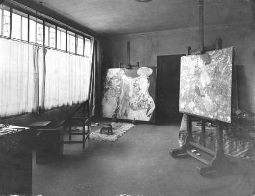 Gustav Klimts Arbeitsraum im Atelier Feldmühlgasse 11, Wien 13, mit den (unvollendeten) Gemälden Die Braut und Dame mit Fächer, 1918