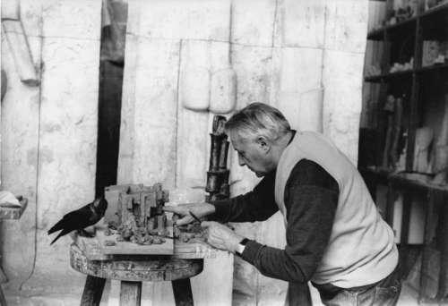 Fritz Wotruba in seinem Atelier bei der Arbeit an einem Tonmodell für das Projekt eines Karmelitinnenklosters in Steinbach bei Wien, 1967