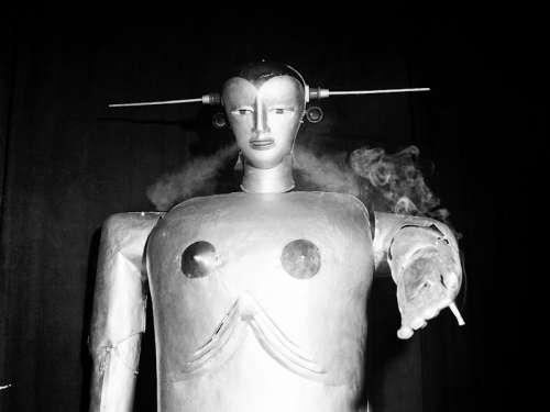 Der Maschinenmensch Sabor des Schweizer Ingenieurs Peter Steurer bei einer Vorführung in Linz, 1952