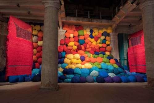 Sheila Hicks, Escalade Beyond Chromatic Lands, 2017 Installationsansicht, Arsenale, Biennale di Venezia