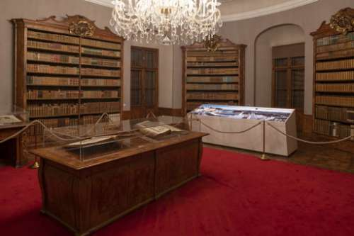 Ausstellungsansicht: Macht (Bibliothek Schloss Lamberg)