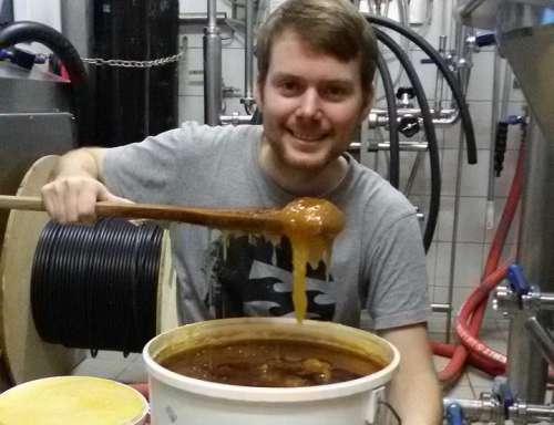 Braumeister Honso gibt Honig zum Sub