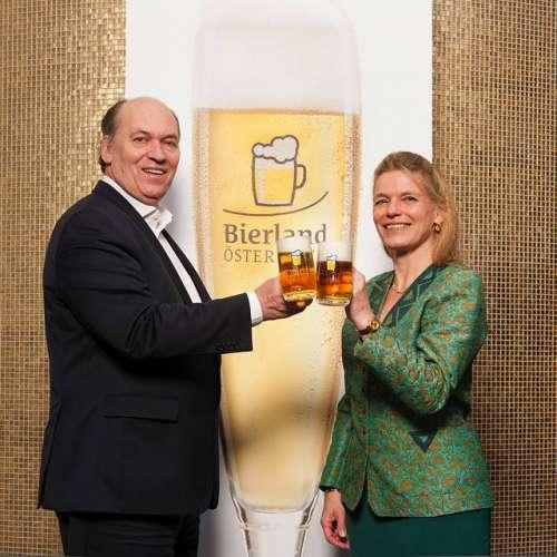 v.l.n.r. Mg. Sigi Menz und Mag. Jutta Kaufmann-Kerschbaum stossen mit einem Glas Bier an
