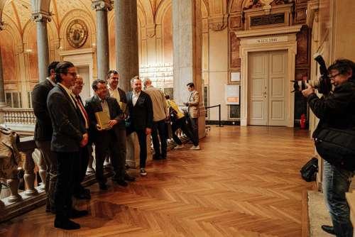 Die Hersuageber posieren gemeinsam mit den Anführern der Carnuntum DAC anlässlich der gemeinsamen Pressekonferenz im MAK