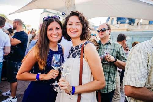 Zwei Damen verkosten Wein im Park vor dem Casino Baden
