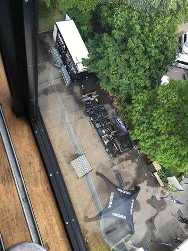 Blick aus dem Küchenkubus in 20m Höhe auf den Kranwagen und ein Zelt
