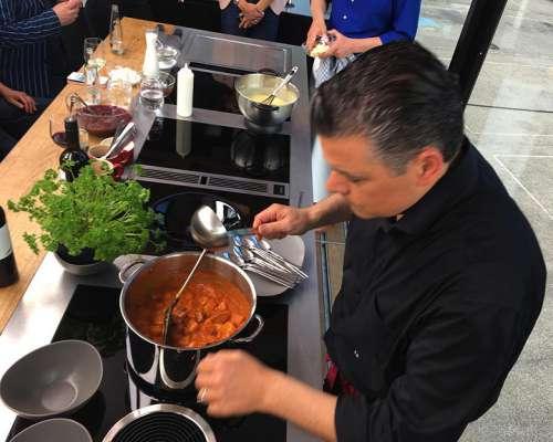 Fernsehkoch Andi Wojta kocht life Erdäpfelgulasch in der schwebenden Bora Küche in 25m Höhe