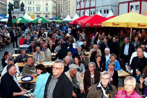 Blick auf den mit bierdurstigen Menschen gefüllten Hof während dem Bierfest