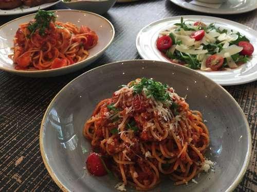 Speisen im Eatalico: vorne Mitte Spagetti al ragu, links dahinter Spagetti mit Shrimp, rechts davon Rindercarpaccio mit Rucculo und gehobeltem Parmesan