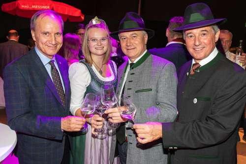 Von links: Mag. Franz Kerber (Steiermärkische Sparkasse), Weinhoheit Lisa Peinsipp, Landesrat Johann Seitinger und Ing. Werner Luttenberger (Wein Steiermark)