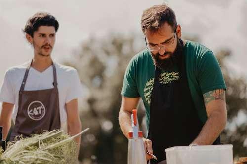 Harald Irka und Alexander Posch bereiten im Freien Gemüse zu