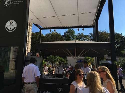 Gedränge in der stylischen Pop-up Bar vor dem Weltmuseum