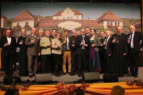 Honoratioren auf der Bühne nach der Weinsegnung
