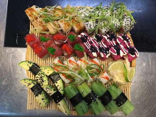 Eine kreativ gemischte Sushi-Platte