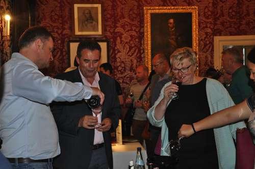 Gäste geniessen bei der Tischverkostung im Schloss Esterhazy einige gute Gläser Wein
