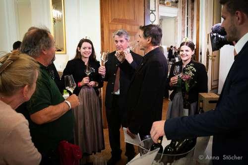 Während dem Presserundgang; Weinhoheit Maria Jöbstl, Ing. Werner Luttenberger (Geschäftsführer Wein Steiermark), Weinhoheit Katja Silberschneider