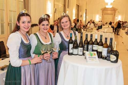 Die Steirischen Weinhoheiten Maria, Katja I. und Lisa bei der Jahrgangspräsentation in der Wiener Hofburg