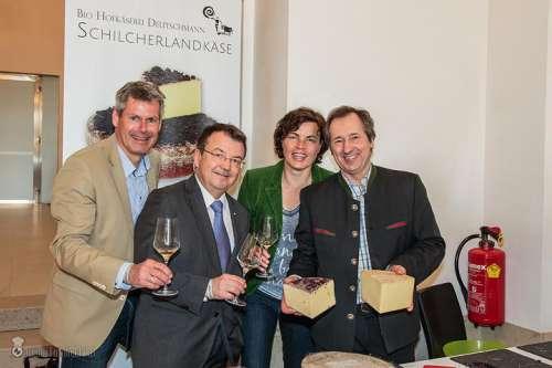 Klaus Egle, Willi Klinger, Elisabeth Egle und Franz Deutschmann beim Verkosten der Käseproben aus dem Hause Deutschmann