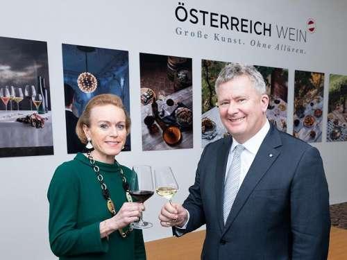 Mag. Alexandra Graski-Hoffmann und ÖWM-Geschäftsführer Chris Yorke stossen mit einem Glas Wein an