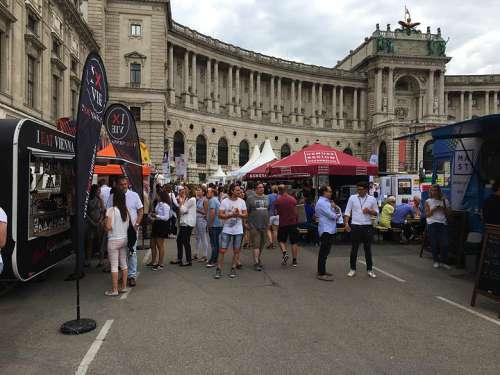 Jahrmarktstimmung bei der Vievinum: Vor dem EIngang zur Hofburg stehen Besucher an den Foodtrucks und Verkaufsständen