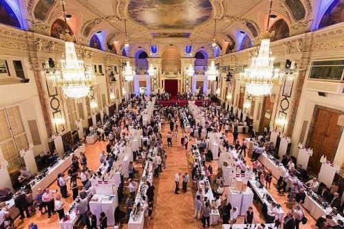 Die VieVinum in der Hofburg - viele Verkostungstische im Festsaal