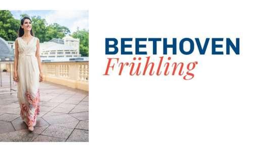 Festivalgründerin Dorothy Khadem-Missagh link, rechts daneben das Festival_Logo: Schriftzug Beethoven Frühling