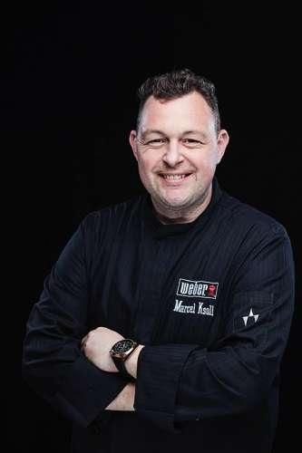 Grillmeister Marcel Ksoll in schwarzer Kochjacke