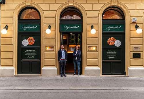 Hans und Thomas Figlmüller vor der renovierten Fassade des Lokals in der Bäckerstrasse