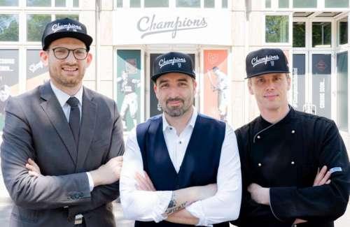 Das Team vor dem neuen Eingang der Chmapions Sportsbar