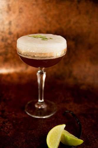 'Double Dee' ein dekonstruierter Daiquiri aus Havana Club Añejo Especial Rum, dunkler Rohrzuckersirup, gekrönt von einer molekularen Limetten-Vanille Espuma
