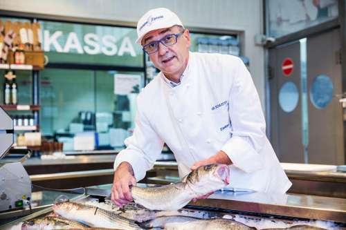 Norbert Schuster, Fischexperte bei Eishken Estate, zeigt einen Fisch