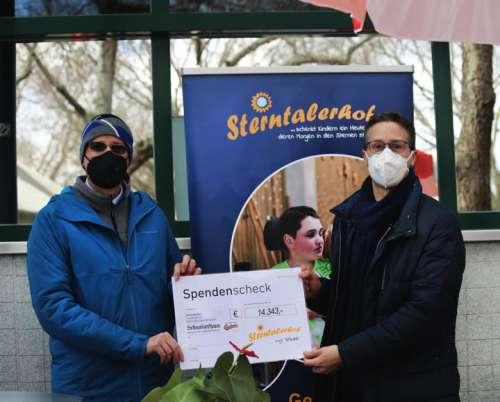 Spendenübergabe: Karl Hans Kolarik (rechts) übergibt Mag. Harald Jankovits, Geschäftsführer vom Sterntalerhof (links) einen Scheck über 14.343 Euro.