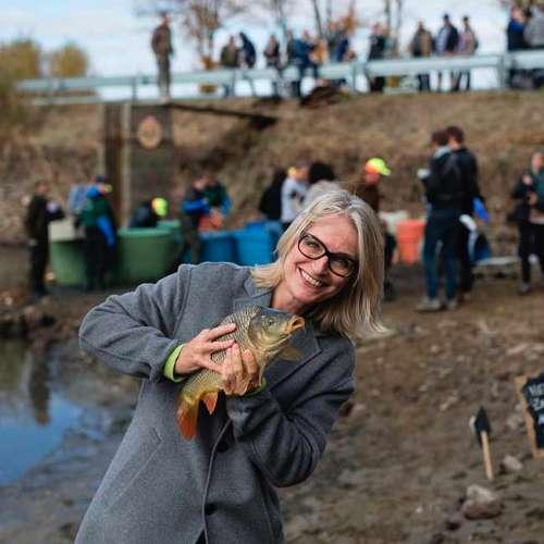 Geschäftsführerin Ja! Natürlich Martina Hörmer mit Bio-Karpfen aus dem Waldviertel