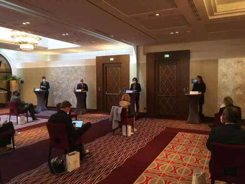 Szene der Pressekonferenz im Hansen-Kempinsky mit korrektem Social Distancing