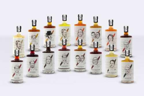 Alle 16 Cocktail-Flaschen in zwei Reihen ausgestellt