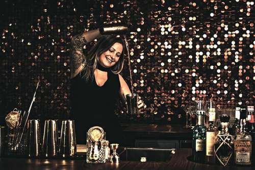 Isabella Lombardi mixt mit dem Shaker in der Bar Lvdwig