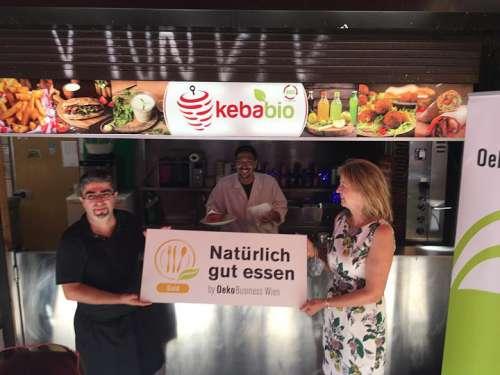 Karin Büchl-Krammerstätter überreicht die goldene 'Natürlich gut essen' Plakette an Murat Oguz