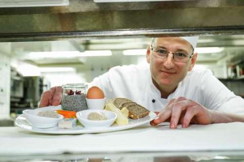 Bernhard Laimer, Küchenchef Café Central, reicht ein Frühstück über den Pass