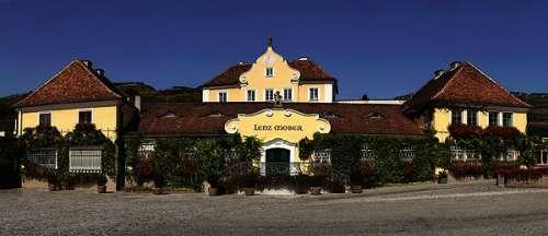 Panoramafoto des alten Hauptgebäudes der Weinkellerei Lenz Moser