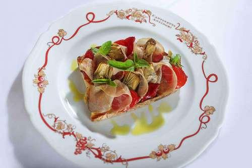 Schwertfisch Bresaola mit Tomaten und Artischiockenherzen