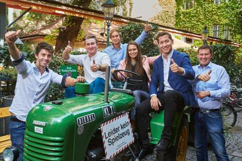 Die Finalisten der 10. Schlossquadrattrophy 2019 mit einem grünen Traktor