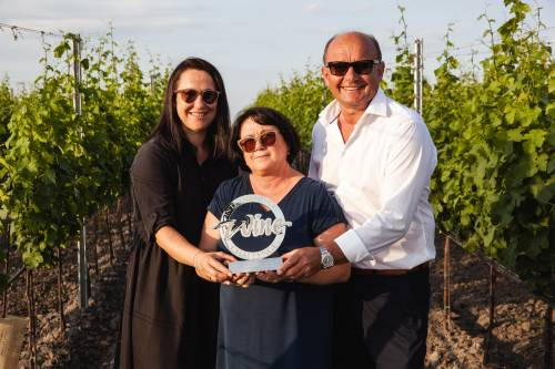 Daniela Salzl-Tschida, Lisa & Hans Tschida zeigen im Weingarten stolz die Trophäe