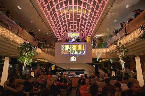 Superbowl Party in der großen Atriumhalle des Vienna Marriott